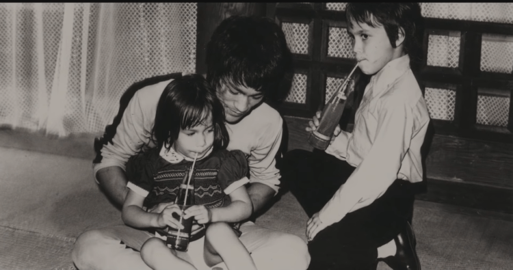 Bruce Lee with his children